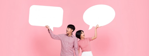 Glückliche lächelnde junge asiatische paare mit spracheblasen