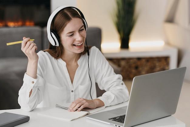 Glückliche lehrerin, die mit ihren schülern online spricht