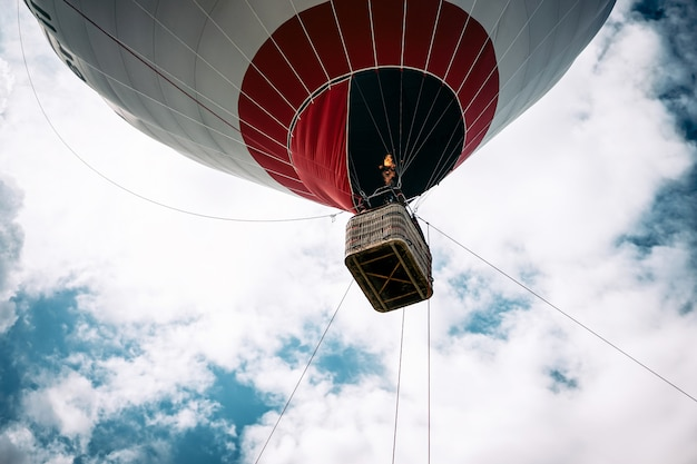 Glückliche leute, die auf großem ballonluftschiff fliegen