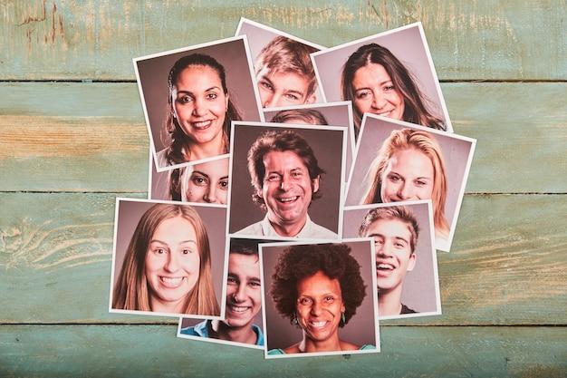 Glückliche leute porträtfotos auf einem hölzernen raum