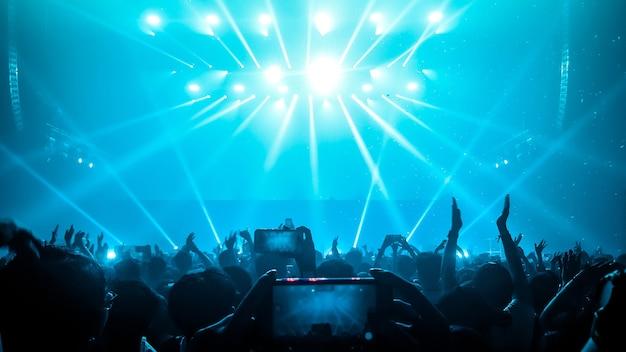 Glückliche leute tanzen im nachtclub-partykonzert