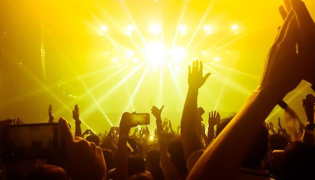 Glückliche leute tanzen im nachtklub-party-konzert