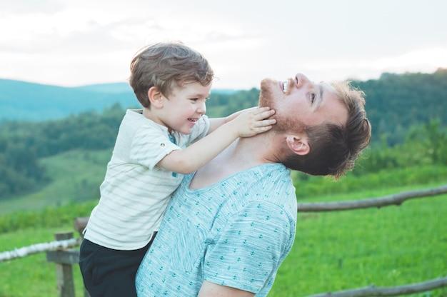 Glückliche liebende familie
