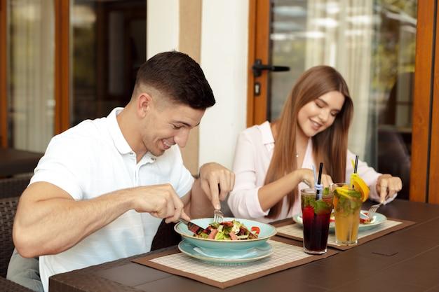 Glückliche liebende paare, die frühstück in einem café genießen.