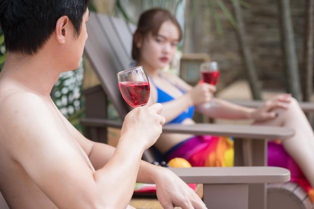 Glückliche mädchen, die in einem swimmingpool während der sommerferien spielen und sich entspannen