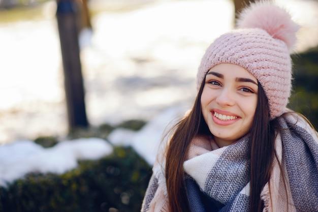 Glückliche mädchen in einer winterstadt