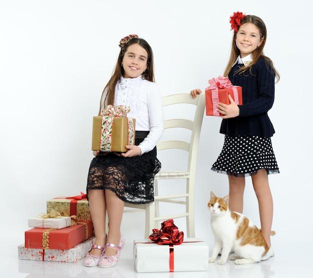 Glückliche mädchen mit den weihnachtsgeschenken