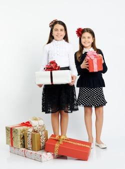 Glückliche mädchen mit geschenken auf hellem hintergrund