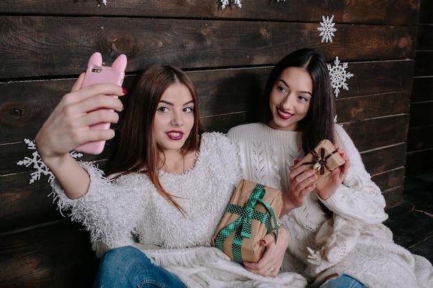 Glückliche mädchen mit weihnachtsgeschenken ein foto