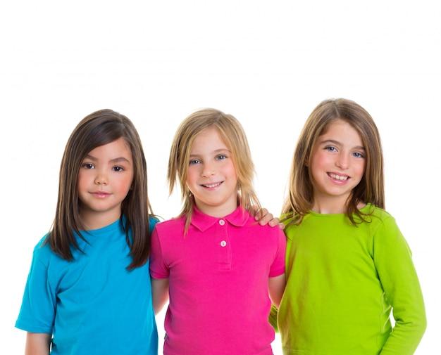 Glückliche mädchengruppe der kinder, die zusammen lächeln