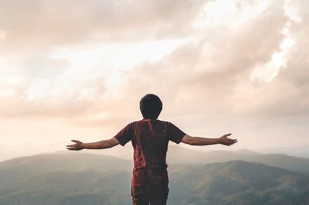 Glückliche mann-freiheit im erfolgskonzept der sonnenaufgangnatur