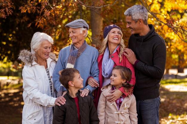 Glückliche mehrgenerationenfamilie, die am park steht