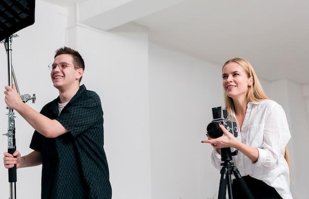 Glückliche menschen, die in einem fotostudio arbeiten