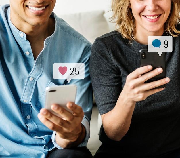 Glückliche menschen, die social media auf ihren smartphones nutzen