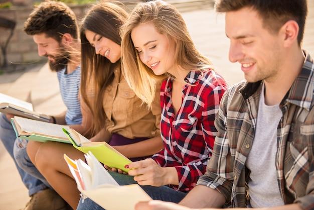 Glückliche menschen lesen bücher auf der straße.