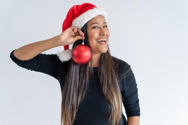 Glückliche mischung lief die dame, die zur weihnachtsfeier sich vorbereitet