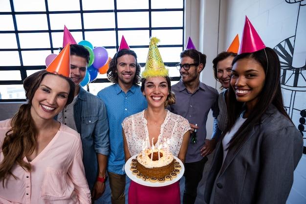 Glückliche mitarbeiter, die einen geburtstag feiern