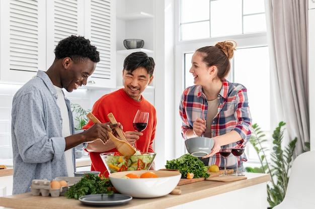 Glückliche mitbewohner in der küche kochen