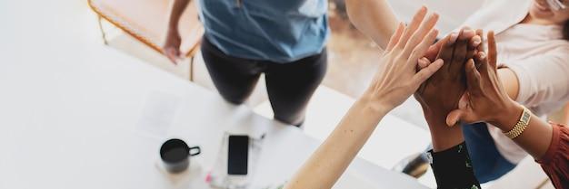 Glückliche modedesigner machen ein high five