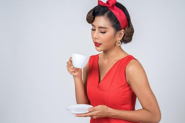 Glückliche modefrauenhand, die kaffeetasse hält
