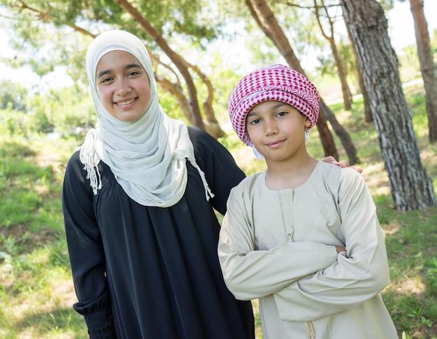 Glückliche moslemische familie auf sommerferien