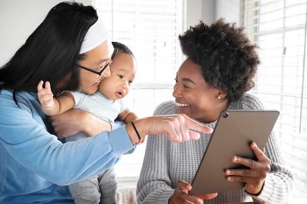 Glückliche multiethnische familie, die zeit zusammen in der neuen normalität verbringt