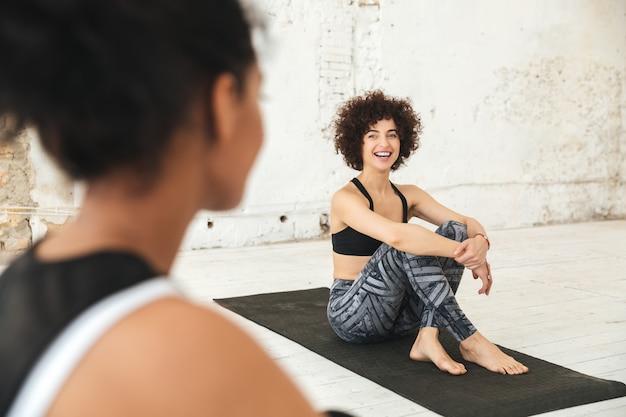 Glückliche multiethnische leute im yoga-studio
