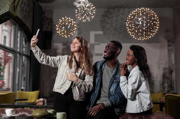 Glückliche multikulturelle leute, die selfie nehmen