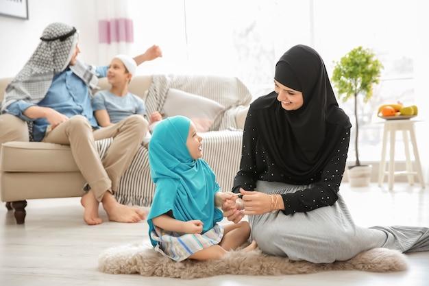 Glückliche muslimische familie, die zeit zusammen zu hause verbringt