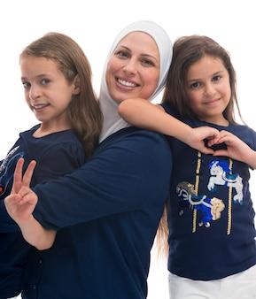 Glückliche muslimische familie, eine mutter und ihre töchter