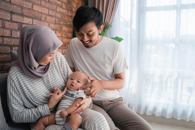 Glückliche muslimische familie mit einem niedlichen baby