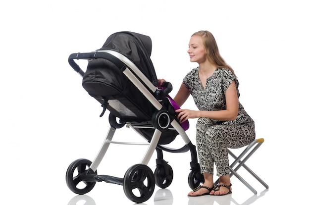 Glückliche mutter mit ihrem baby im kinderwagen