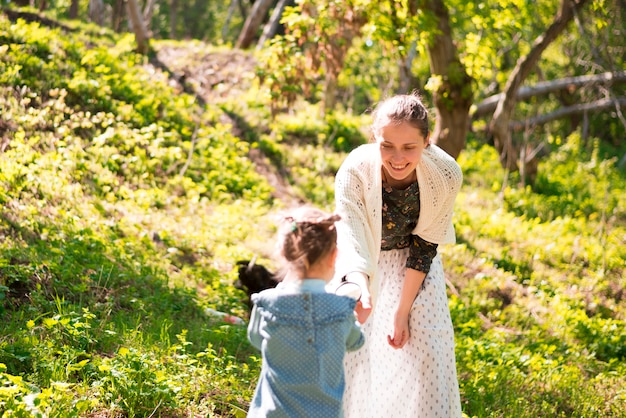 Glückliche mutter mit kind in der natur