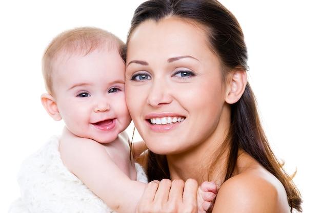 Glückliche mutter mit lächelndem baby