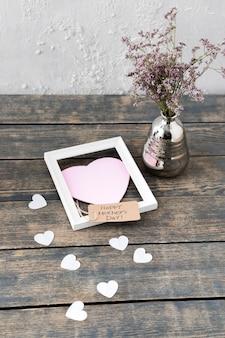 Glückliche mutter-tagesaufschrift mit blumen im vase und im rahmen