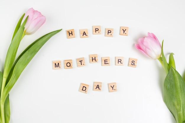 Glückliche mutter-tagesaufschrift mit hellen tulpen