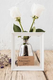 Glückliche mutter-tagesaufschrift mit rosen im vase
