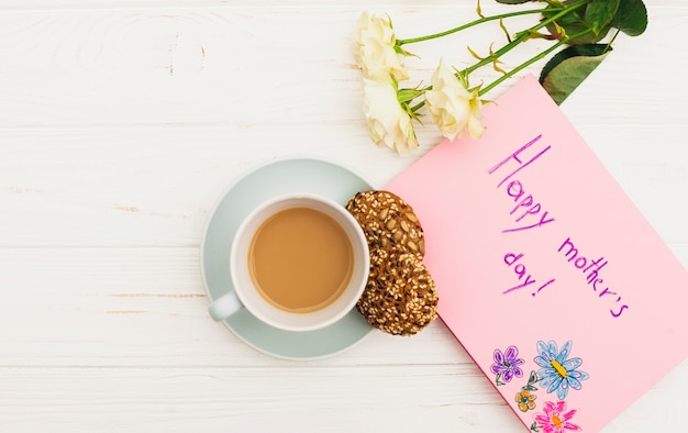 Glückliche mutter-tagesaufschrift mit rosen und kaffee