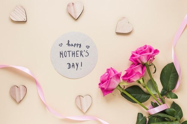 Glückliche mutter-tagesaufschrift mit rosenblumenstrauß