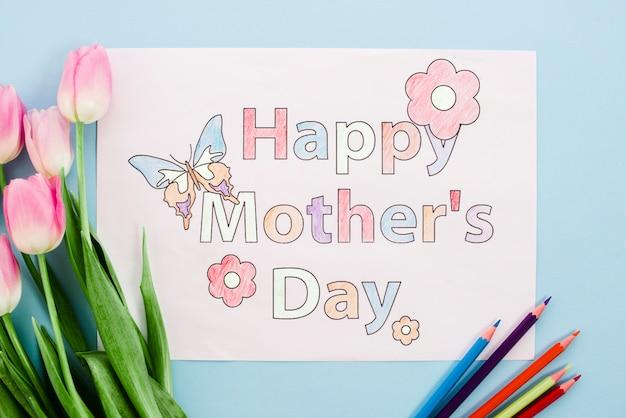 Glückliche mutter-tageszeichnung auf papier mit tulpen und bleistiften