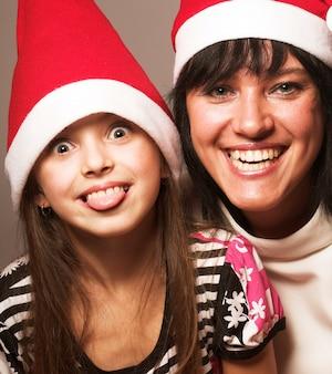 Glückliche mutter und kind. frohe weihnachten.