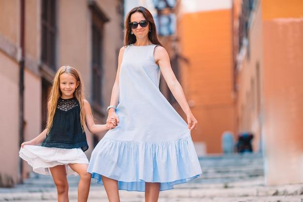 Glückliche mutter und kleines entzückendes mädchen, das in rom, italien reist