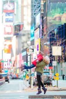 Glückliche mutter und kleines mädchen auf manhattan, new york city, new york, usa.
