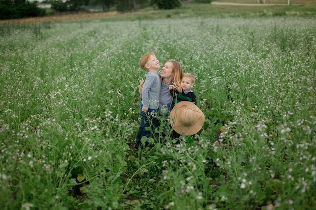 Glückliche mutter und sohn spielen im park im frühjahr.