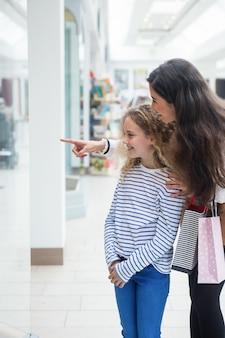 Glückliche mutter und tochter im einkaufszentrum