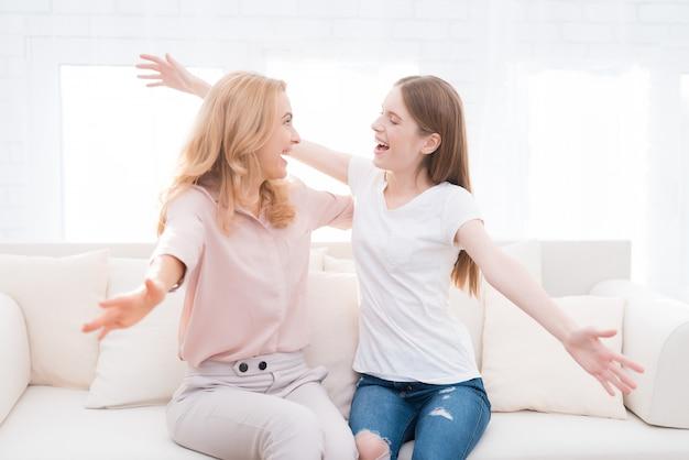 Glückliche mutter und tochter im teenageralter umarmen.