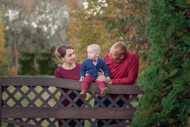 Glückliche mutter, vater und sohn im park. glück im familienleben am sommertag