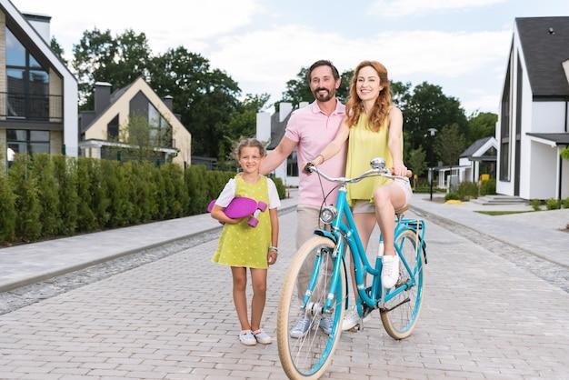 Glückliche nette familie, die sport genießt und gleichzeitig einen gesunden lebensstil führt