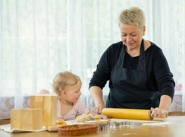 Glückliche oma und enkelin auf küche