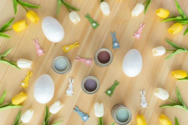 Glückliche ostereier auf holztischpastellfarbenkonzept traditioneller bunter hintergrundkonzept frühling